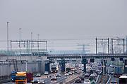 Verkeer raast langs de tunnel (uiterst links) bij de A2 in Utrecht. Het college van B en W in Utrecht heeft de vergunning verleent om de tunnel op de A2 open te stellen. Door meningsverschillen tussen de autoriteiten over de veiligheid was de tunnel nog steeds gesloten. Om de doorstroom te bevorderen was de snelweg tijdelijk met twee rijstroken verbreed voor 30 miljoen euro, de tunnel zelf heeft vijf rijstroken. De tunnel wordt gefaseerd in gebruik genomen, halverwege het jaar moet al het verkeer door de tunnel rijden.