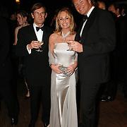 NLD/Rotterdam/20051214 - Benefietgala tbv Cliniclowns, veilingmeester, Esther Blinker - Kreukniet en zanger Ger Vos
