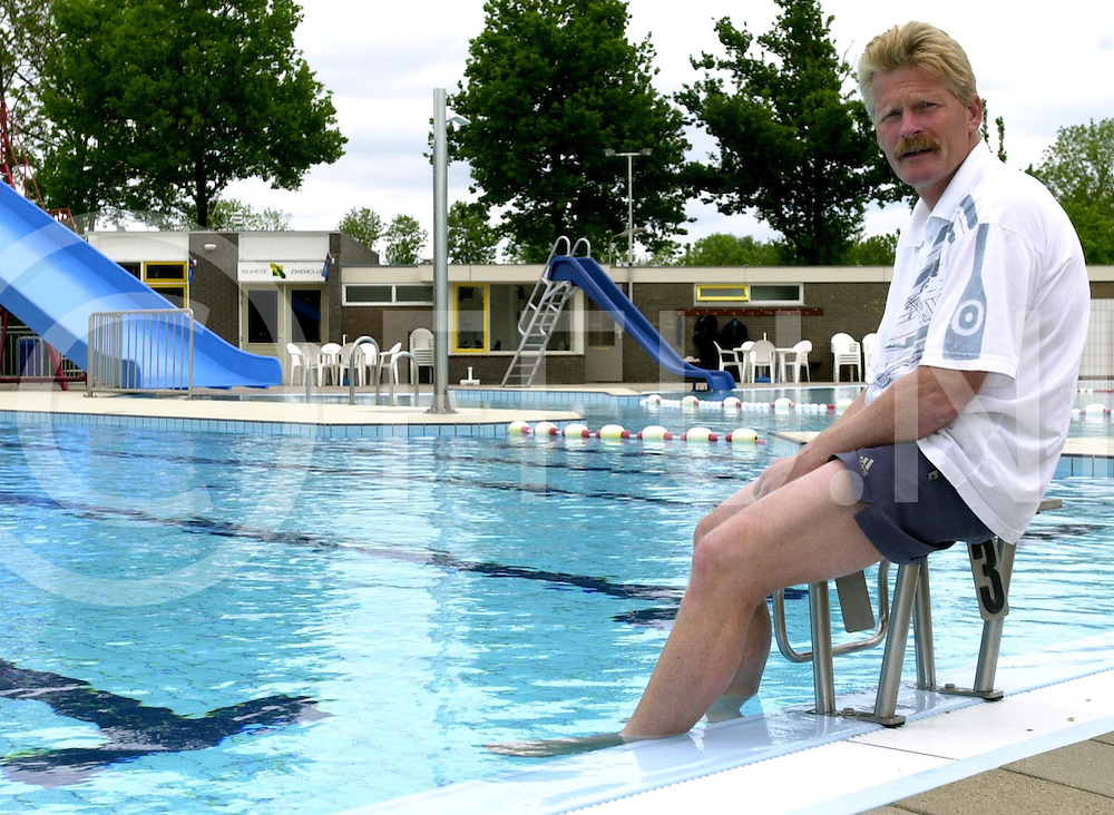 fotografie frank uijlenbroek©2001 frank brinkman.010521 wijhe ned.zwembad badmeester dhr h van loohuizen.fu010521_04
