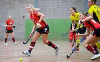 HEILOO -  Schaerweijde speelster Rosanne Steenbeek tijdens de competitiewedstrijd zaalhockey tussen de vrouwen van  Terriers en Schaerweijde .  COPYRIGHT KOEN SUYK