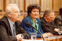 25.01.1999, Deutschland/Bonn:<br /> Edmund Stoiber, CSU Vorsitzender, Dagmar Schipanski, Physik-Professorin und CDU/CSU Kandidatin für das Amt des Bundespräsidenten, und Wolfgang Schäuble, CDU Bundesvorsitzender, während der Pressekonferenz zur Vorstellung der Kandidatin für das Bundespräsidentenamt, Bundes-Pressekonferenz, Bonn<br /> IMAGE: 19990125-01/02-19<br /> KEYWORDS: Wolfgang Schaeuble