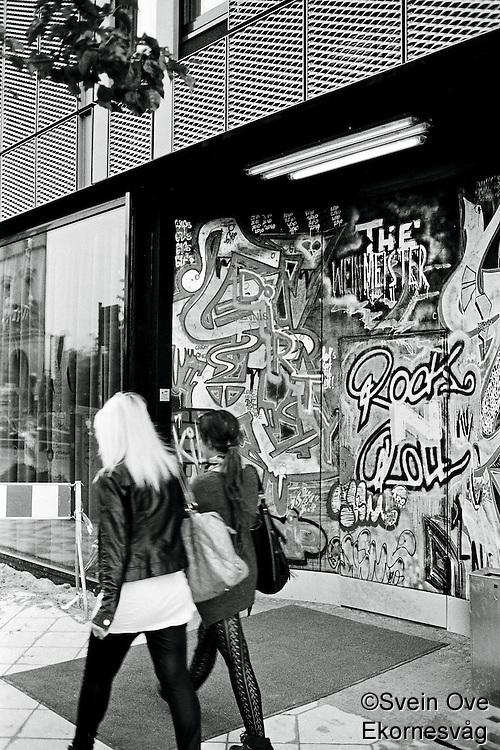 To jenter spaserer på gaten i Berlin.<br /> <br /> Berlin street photography 2010. Gatefotografi fra Berlin i 2010.<br /> <br /> Foto: Svein Ove Ekornesvåg