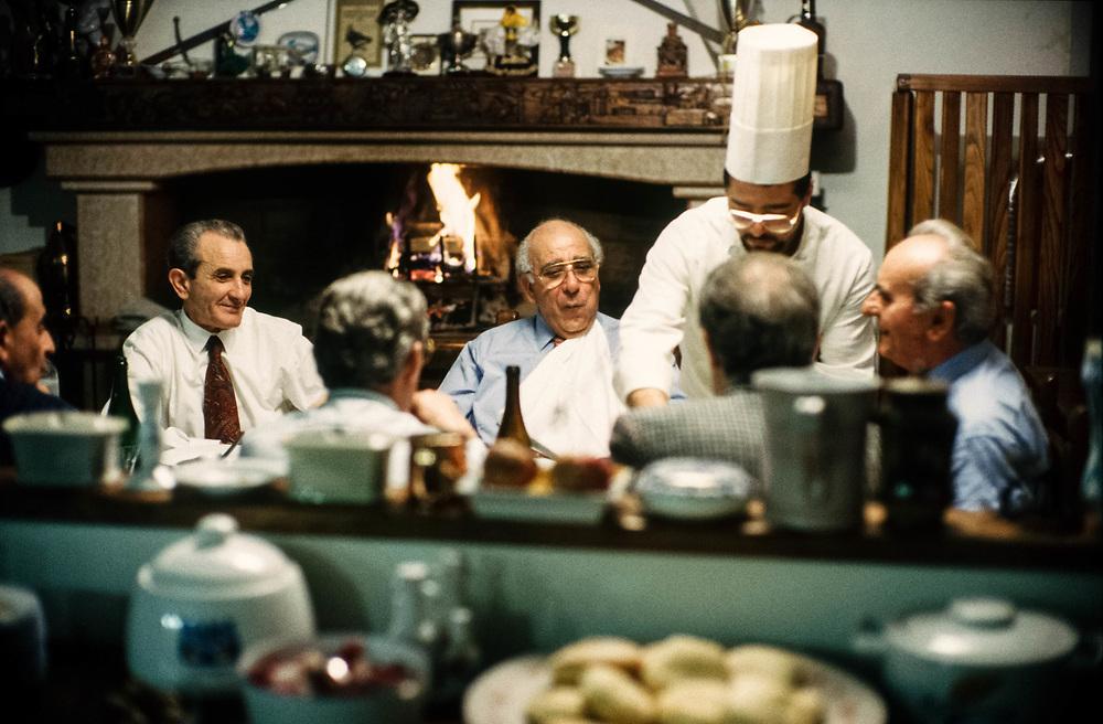 07 FEB 1995 - San Giovanni Lupatoto (VR) - Giovanni Rana, industriale della pasta, a cena con gli amici, a casa.
