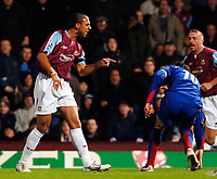 Photo: Daniel Hambury.<br /> West Ham United v Manchester United. The Barclays Premiership. 27/11/2005.<br /> West Ham's Anton Ferdinand shouts at  Manchester's Ruud van Nistlerooy.