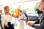 HOUTEN, 03-09-2021, Yuverta<br /> <br /> Koningin Maxima opent het mbo-jaar 2021-2022 en houdt een toespraak. Het thema van de opening is 'ondernemen naar een betere toekomst'.Yuverta in Houten is dit jaar namens alle mbo-scholen gastheer van de bijeenkomst FOTO: Brunopress/Patrick van Emst<br /> <br /> Op de foto: Koningin Maxima ontvangt RTL Boulevard award van Maxime Hartman<br /> <br /> Queen Maxima opens the MBO year 2021-2022 and gives a speech. The theme of the opening is 'entrepreneurship towards a better future'.Yuverta in Houten will host the meeting this year on behalf of all MBO schools