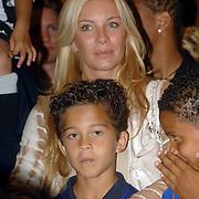 NLD/Amsterdam/20060529 - Boekpresentatie autobiografie van Patrick Kluivert, Angela Kluivert met zoon Justin
