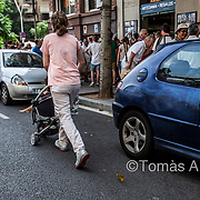 The occupation of the public thoroughfare generated by mass tourism forces the locals to modify their everyday journeys, often putting their safety at risk.