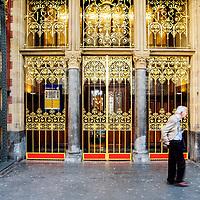 Nederland, Amsterdam, 11 mei 2017<br /> Op het Centraal Station opent de NS donderdagochtend de gerenoveerde voormalige 3e Klas Wachtkamer en corridors naar de horeca op het eerste perron.<br /> <br /> Bezoekers kunnen daardoor straks bij het sluiten van de poortjes de verblijfshoreca bereiken, zonder dat ze eerst moeten inchecken met een ov-chipkaart. De poortjes sluiten later dit jaar.<br /> <br /> Een deel van de renovatie is gesubsidieerd door de provincie Noord-Holland met een bedrag van 450.000 euro.<br /> <br /> Volgens een NS-woordvoerder is er alles aan gedaan om de oude wachtkamer en de corridors (doorgangen) in de originele staat uit 1880 terug te brengen. <br /> Op de foto: entree van de koninklijke wachtkamer op het perron van CS.<br /> <br /> <br /> The Netherlands, Amsterdam, May 11, 2017<br /> At the Central Station, the NS (dutch railways) opens on Thursday morning the renovated former 3rd Class Waiting Room and corridors to the catering on the first platform. Visitors can then reach the accommodation at the closing of the gates without having to first check with an ov-chip card. The gates will close later this year.Part of the renovation is subsidized by the province of Noord-Holland with an amount of 450,000 euros. According to an NS spokesman, everything has been done to bring back the old waiting room and the corridors (passages) in the original state from 1880.<br /> On the photo: entrance of the royal waiting room on the platform of Central Station.<br /> <br /> Foto: Jean-Pierre Jans