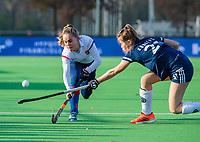 AMSTELVEEN - Famke Richardson (SCHC)  met Anouk Stam (Pinoke)   tijdens de competitie hoofdklasse hockeywedstrijd dames, Pinoke-SCHC (1-8) . COPYRIGHT KOEN SUYK