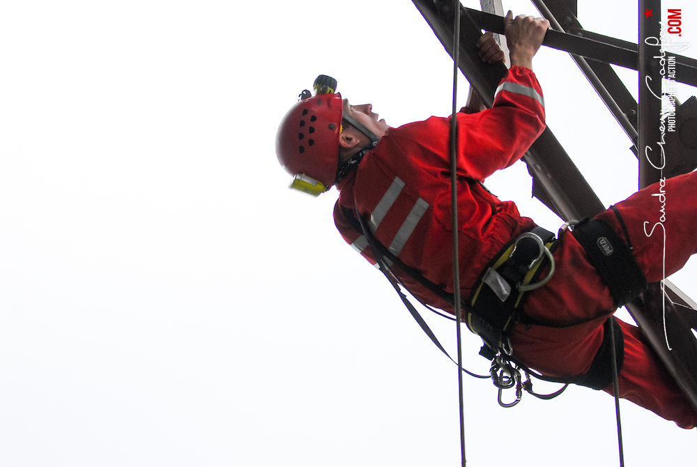 Ascension de la tour Eiffel par des grimpeurs sapeurs pompiers du GREP de la Brigade des Sapeurs Pompiers de Paris et des gendarmes du PGHM et du GIGN.<br /> Juin 2008 / Paris (75) / FRANCE