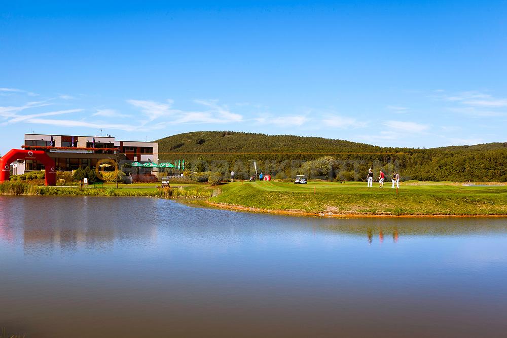 17-09-2015: Beroun Golf Resort in Beroun, Tsjechië.<br /> Foto: Waterhindernis bij de eerste hole en laatste hole met het clubhuis op de achtergrond