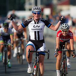 WIELRENNEN Apeldoorn: De ronde van Gelderland was zondag de eerste wedstrijd in de topcompetitie voor vrouwen. Kirsten Wild won voor de derde keer deze Gelderse koers