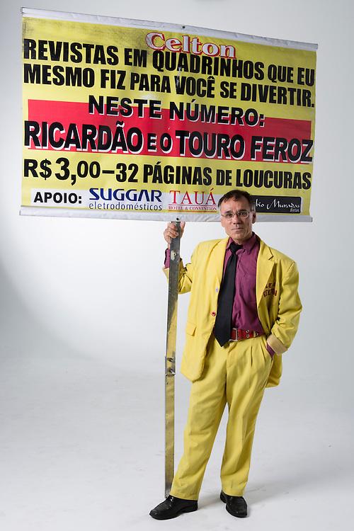 Belo Horizonte_MG, Brasil.<br /> <br /> Lacarmelio roteirista, desenhista e vendedor da revista em quadrinhos Celton, que ele mesmo faz e vende em sinais de Belo Horizonte. <br /> <br /> Lacarmelio is a writer, a designer and a seller of the comic book Celton, He makes and sells his magazines in signs in Belo Horizonte. <br /> <br /> Foto: RAFAEL MOTTA / NITRO