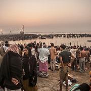 Allahabad 2007 02 02 Kumbh Mela <br /> Morgonritualer vid den heliga floden Ganges.<br /> Massor av folk<br /> <br /> ----<br /> FOTO : JOACHIM NYWALL KOD 0708840825_1<br /> COPYRIGHT JOACHIM NYWALL<br /> <br /> ***BETALBILD***<br /> Redovisas till <br /> NYWALL MEDIA AB<br /> Strandgatan 30<br /> 461 31 Trollhättan<br /> Prislista enl BLF , om inget annat avtalas.