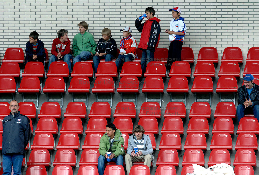17-05-2007 VOETBAL: PLAY OFF: UTRECHT - GRONINGEN: UTRECHT<br /> FC Groningen heeft in de UEFA Cup-jacht FC Utrecht met 2-0 verslagen / Weinig publiek bij de play offs - tribune toeschouwers<br /> ©2007-WWW.FOTOHOOGENDOORN.NL
