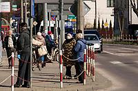 Bielsk Podlaski, woj. podlaskie, 08.04.2020. W liczacym 55 tys mieszkancow powiecie bielskim odnotowano 1/3 ( na dzien 8.04.2020 42 przypadki ) wszystkich zachorowan na koronawirusa w woj. podlaskim. Ulice miasta sa wyludnione, a ci ktorzy musza wyjsc w wiekszosci chodza w maseczkach ochronnych N/z mieszkancy Bielska w wiekszosci wychodza z domu w maseczkach ochronnych fot Michal Kosc / AGENCJA WSCHOD