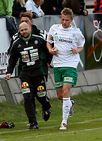 Fotball , <br /> Adeccoligaen  16  Mai  2007 , Briskeby Gressbane , <br /> HamKam  v  Bryne  2-1<br /> <br /> Foto:Dagfinn Limoseth - Digitalsport<br /> <br /> Tommy Øren , HamKam måtte sy etter dette kuttet over øyet.Lars Hemstad ,lege tv