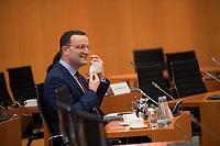 DEU, Deutschland, Germany, Berlin, 16.12.2020: Bundesgesundheitsminister Jens Spahn (CDU) nimmt seine Mund-Nase-Bedeckung ab vor Beginn der 124. Kabinettsitzung im Bundeskanzleramt. Aufgrund der Coronakrise findet die Sitzung derzeit im Internationalen Konferenzsaal statt, damit genügend Abstand zwischen den Teilnehmern gewahrt werden kann.
