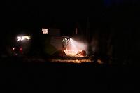 Wies Saniki, 02.08.2020. Zniwa na Podlasiu w pelni. Rolnicy ze wzgledu na niestabilna pogode, w obawie przed deszczem, zbieraja zboze z pol rowniez w nocy N/z kombajn zbierajacy zboze z pola w nocy fot Michal Kosc / AGENCJA WSCHOD