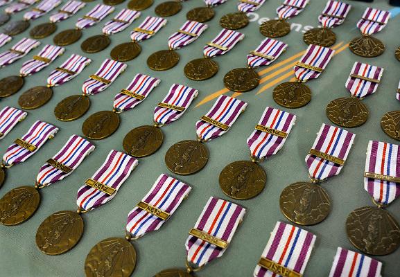 Nederland, Arnhem, 21-5-2010In het Gelredome kregen 1500 militairen van de ISAF, de troepen in Afghanistan, een onderscheiding uitgereikt door minister van defensie Eimert van Middelkoop en brigade generaal, opperbevelhebber der strijdkrachten van Uhm.Foto: Flip Franssen