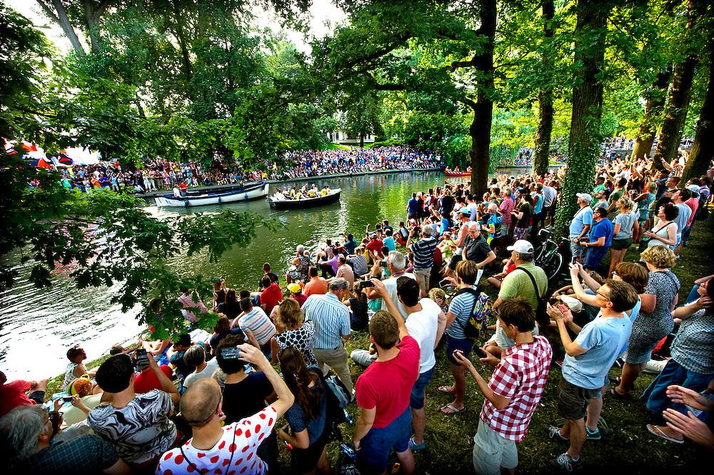 Nederland, Utrecht, 02-07-2015.<br /> Wielrennen, Tour de France. <br /> Ploegenpresentatie in Park Lepelenburg.<br /> De wielerploeg van Lotto Jumbo komt, onder grote belangstelling, per boot aan voor de ploegenpresentatie.<br /> Foto: Klaas Jan van der Weij