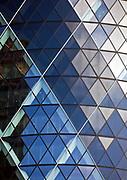 """Londyn, 2009-10-23. """"Ogórek"""" - wieżowiec przy 30 St Mary Axe."""