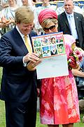 Zijne Majesteit Koning Willem-Alexander en Hare Majesteit Koningin Máxima bezoeken de provincie Overijssel.Koning en Koningin komen aan op het feestterrein van 's Heerenbroek. Daar krijgen ze een rondleiding langs de activiteiten. Op het moment van aankomst op het feestterrein vindt er een race plaats van strijdwagens die gemaakt zijn door de buurten in 's-Heerenbroek. <br /> <br /> His Majesty King Willem-Alexander and Máxima Her Majesty Queen visits the province of Overijssel. King and Queen arrive at the festival site at Heerenbroek. There they are given a tour of the activities. At the time of arrival at the festival grounds are a race instead of chariots made by the neighborhoods in 's-Heerenbroek.