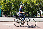 In Utrecht rijdt een man op een oude damesfiets door de binnenstad.<br /> <br /> In Utrecht cyclist ride at the city center.