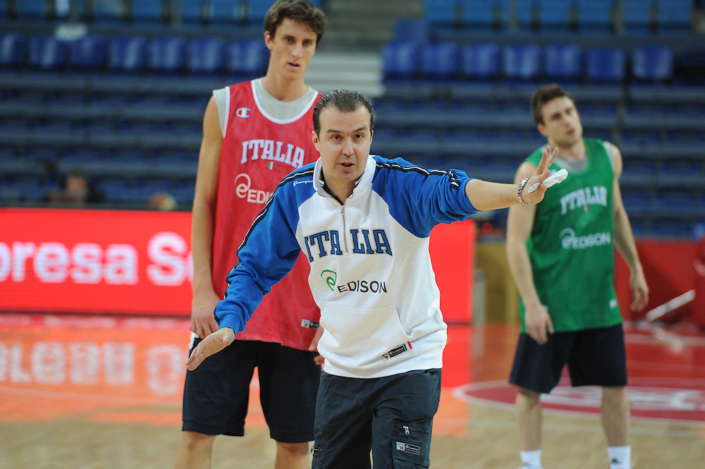DESCRIZIONE : Pesaro allenamento All star game 2012 <br /> GIOCATORE : Simone Pianigiani<br /> CATEGORIA : curiosita schema mani<br /> SQUADRA : Italia<br /> EVENTO : All star game 2012<br /> GARA : allenamento Italia<br /> DATA : 09/03/2012<br /> SPORT : Pallacanestro <br /> AUTORE : Agenzia Ciamillo-Castoria/GiulioCiamillo<br /> Galleria : Campionato di basket 2011-2012<br /> Fotonotizia : Pesaro Campionato di Basket 2011-12 allenamento All star game 2012<br /> Predefinita :