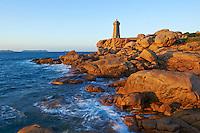 France, Bretagne, Côtes-d'Armor (22), Côtes de Granite Rose, Ploumanac'h, la pointe de Squewel et le phare de Mean Ruz // France, Brittany, Cotes d'Armor (22), Cotes de Granite Rose, Ploumanac'h, Squewel end and Mean Ruz Lighthouse