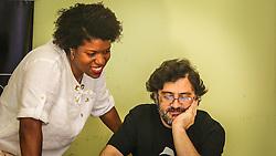 """PORTO ALEGRE, RS, BRASIL, 21-01-2017, 12h22'57"""":  Desiree dos Santos, 32, discute um projeto com o físico e programador Vlademir PIana de Castro, 53, no espaço Matehackers Hackerspace, da Associação Cultural Vila Flores, no bairro Floresta da capital gaúcha. A  Consultora de Desenvolvimento de Software na empresa ThoughtWorks fala sobre as dificuldades enfrentadas por mulheres negras no mercado de trabalho.<br /> (Foto: Gustavo Roth / Agência Preview) © 21JAN17 Agência Preview - Banco de Imagens"""