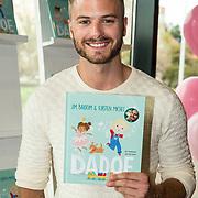 NLD/Amsterdam/20170904 - Jim Bakkum presenteert zijn kinderboek Dadoe, Jim Bakkum met zijn eerste boek