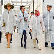 NLD/Bleiswijk/20181122 - Koningin Maxima en president Halimah brengenbezoek aan Horticultural Centre Bleiswijk, President Halimah Yacob en partner Mohamed Abdullah Alhabshee met Koningin Maxima en mevrouw L.O. Fresco, president WUR.