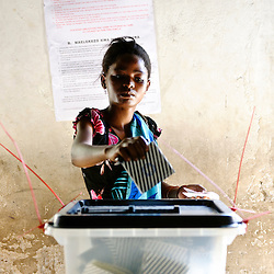 Dar Es Salaam, 31 October 2010.A Tanzanian woman casts her vote in a polling station of Dar Es Salaam during the presidential election day..The European Union has launched an Election Observation Mission in Tanzania to monitor the general elections, responding to the Tanzanian government invitation to send observers for all aspects of the electoral process..The EU sent this observation mission led by Chief Observer David Martin, a member of the European Parliament. .PHOTO: Ezequiel Scagnetti / European Union