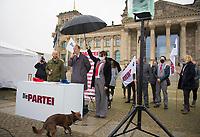 DEU, Deutschland, Germany, Berlin, 17.11.2020: Marco Bülow (MdB, fraktionslos) und Martin Sonneborn, Bundesvorsitzender von DIE PARTEI und MdEP, bei einer Aktion vor dem Bundestag, während der Bülows Parteieintritt in DIE PARTEI verkündet wird. Die Satirepartei hat nun mit Marco Bülow einen Abgeordneten im Deutschen Bundestag.