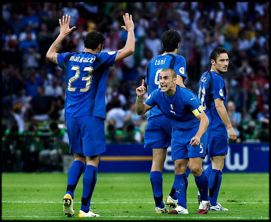 Duitsland. Berlijn, 09-07-2006<br /> WK Voetbal Finale: Italie-Frankrijk. <br /> Titelverdediger Frankrijk starte hoopvol tegen het altijd sterke Italie. Het had een mooi afscheid voor de franse voetballer moeten zijn maar Zinedine Zidane werd met een rode kaart van het veld werd gestuurd na het geven van een kopstoot aan Mazzarati. De fransen hielden lang stand maar na de verlenging en strafschoppen gingen de Italianen lachend met de Wereldbeker naar huis. Rechts aanvoerder Fabio Cannavaro samen met Matarzzi (23).<br /> Foto: Patrick Post / Sportstation