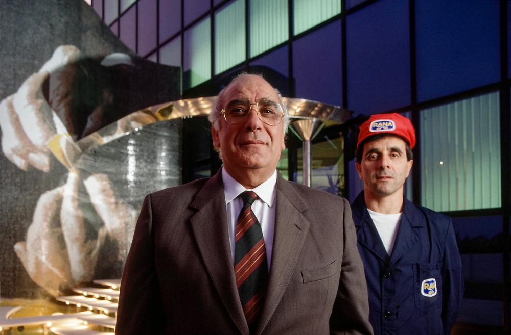 17 OCT 1991 - San Giovanni Lupatoto (VR) - Giovanni Rana, industriale della pasta, al Pastificio Rana con il primo operaio.
