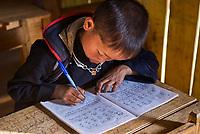 Vietnam. haut Tonkin. Region de Sapa. Écolier d'ethie Hmong Noir. // Vietnam. North Vietnam. Sapa area. Black Hmong ethnic group kids at school.