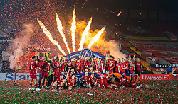 LIVERPOOL, ENGLAND - Wednesday, July 22, 2020: Liverpool captain Jordan Henderson lifts the Premier League trophy and celebrates with his team-mates and staff as they are crowned Premier League Champions after the FA Premier League match between Liverpool FC and Chelsea FC at Anfield. The game was played behind closed doors due to the UK government's social distancing laws during the Coronavirus COVID-19 Pandemic. (Pic by David Rawcliffe/Propaganda)