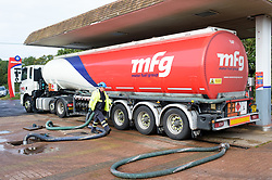 © Licensed to London News Pictures. 28/09/2021. Abingdon, UK. Diesel and petrol being replenished from a tanker at a Murco Station in Abingdon, Oxfordshire. The government have urged drivers not to panic buy fuel. Photo credit: Andre Camara/LNP