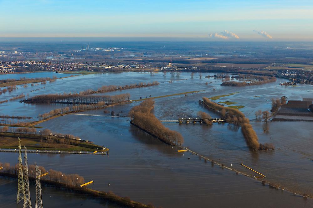 Nederland, Limburg, Gemeente Maasgouw, 10-01-2011; hoogwater Maas, omgeving Maasbracht als gevolg van sneeuwsmelt en neerslag in de bovenloop van de rivier. De stuw bij Linne is gestreken, de overlaat is in werking. Links invang Lateraalkanaal, in de achtergrond Roermond..Meuse flood, Maasbracht area, high water due to snow melt and precipitation upstream. The weir at Linne is lowered, the spillway is in operation. Left Lateral channel, in the background Roermond..luchtfoto (toeslag), aerial photo (additional fee required).© foto/photo Siebe Swart