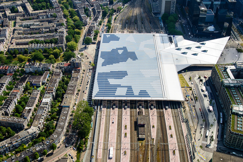 Nederland, Zuid-Holland, Rotterdam, 10-06-2015; dak, perron en sporen van het gerenoveerde en volkomen vernieuwde station van Rottterdam, Rotterdam CS. Achter het station het Groothandelsgebouw. Het spoorwegstation, bijnaam De Kapsalon is ontworpen door Benthem Crouwel Architekten.   <br /> The roof of the completely renovated railway station Rottterdam, Rotterdam Central (Benthem Crouwel architects) and is nicknamed The Hair Salon. <br /> luchtfoto (toeslag op standard tarieven);<br /> aerial photo (additional fee required);<br /> copyright foto/photo Siebe Swart