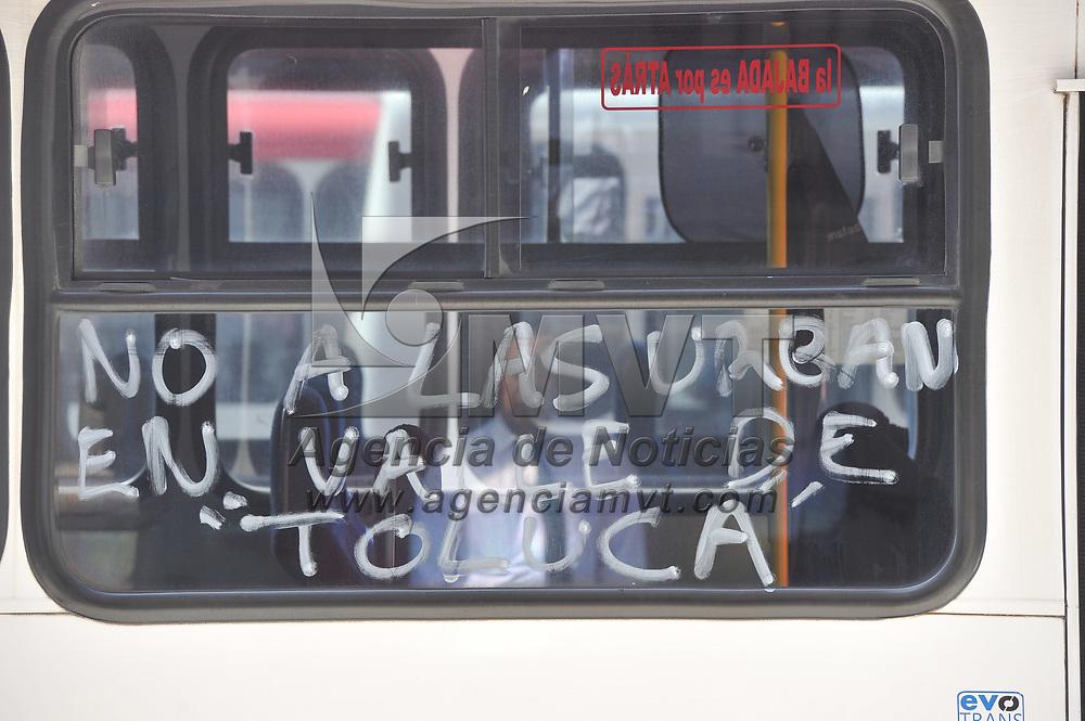 Toluca, México.- Transportistas protestan por la entrada en operación de camionetas tipo Urvan que transportan pasajeros de Tenango del Valle a Malinalco y recientemente a Lerma. Agencia MVT / Mario Vázquez de la Torre.