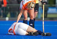 ARNHEM - Lidewij Welten geblesseerd,  woensdag bij de hockey-oefeninterland tussen de dames van Nederland en Belgie (3-1)  op het nieuwe blauwe kunstgras van HC Upward in Arnhem. Foto Koen Suyk