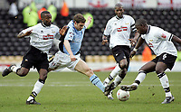 Fotball<br /> FA-cup 2005<br /> Derby v Fulham<br /> 29. januar 2005<br /> Foto: Digitalsport<br /> NORWAY ONLY<br /> Tomasz Radzinski raises his foot to Michael Johnson
