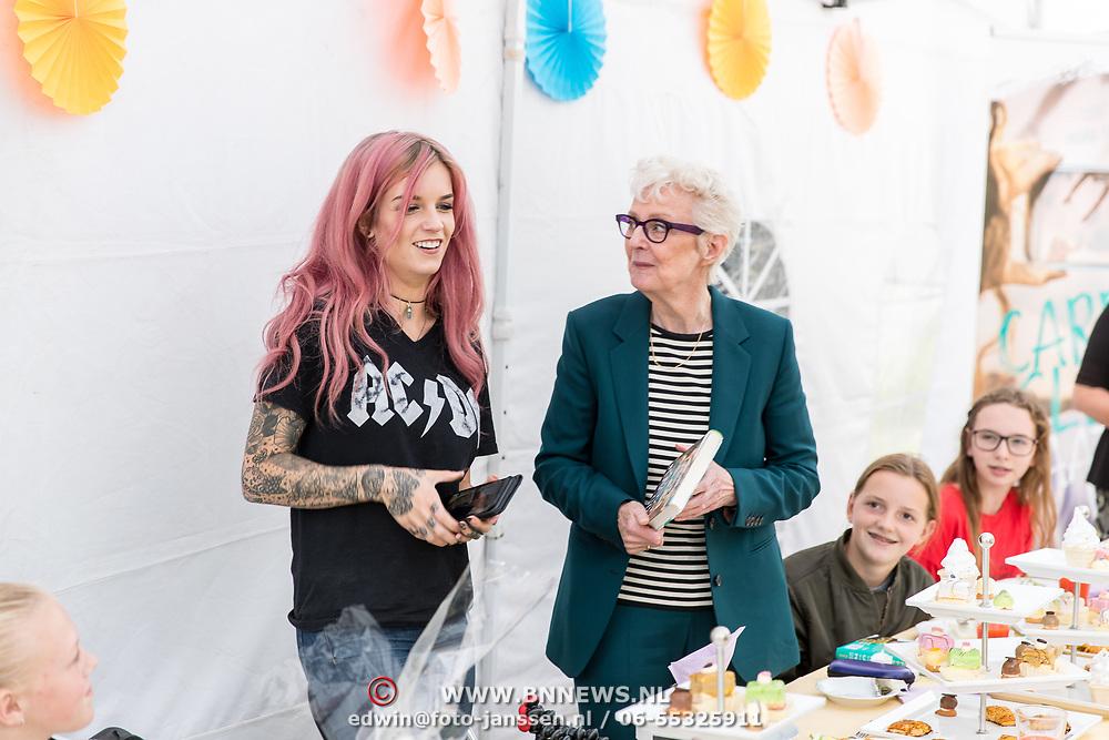 NLD/Bergen/20170906 - High tea voor fans bij Carry Slee thuis,