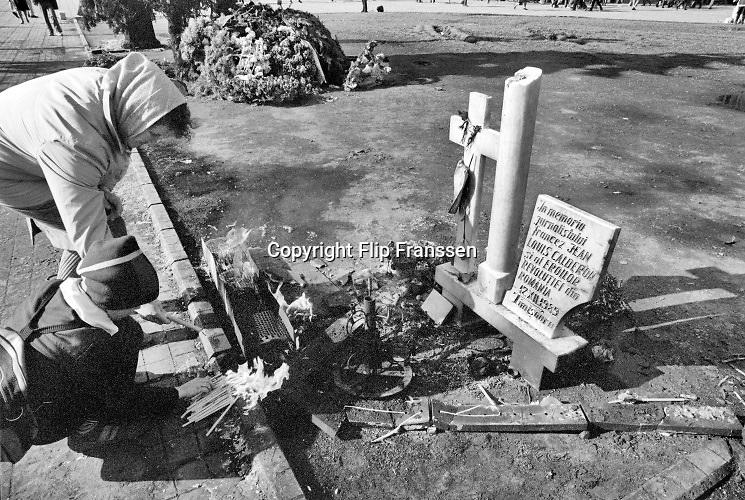 Roemenie, Romenia, Timisoara, 16-2-1990 Op het plein voor de kathedraal is een klein gedenkteken gemaakt voor de op 23-12-1989 in Boekarest vermoorde franse journalist Jean-Louis Calderon . Hij deed verslag van de Roemeense revolutie, opstand, die begon hier in Timisoara .Twee maanden eerder, december 1989, 12-1989, vond in Roemenie de revolutie, opstand, omwenteling, revolte tegen het bewind van communist en dictator Ceausescu plaats. Communisme in Oost Europa had de koude oorlog verloren en op veel gebieden bleken de omstandigheden verbijsterend slecht en ouderwets.  Herdenken van de slachtoffers. De kathedraal waar dominee Laslo Tokes de autoriteiten trotseerde. Val van de muur Foto: Flip Franssen