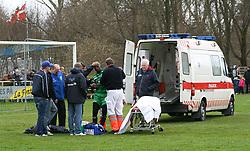 FODBOLD: En groggy Momodou Luom (Helsingør) hjælpes ind i ambulance under kampen i Kvalifikationsrækken, pulje 1, mellem Rishøj Boldklub og Elite 3000 Helsingør den 9. april 2007 på Rishøj Stadion. Foto: Claus Birch