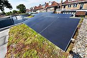 Nederland, Zwolle, 22-5-2018In een straat in de stad hebben bewoners het initiatief genomen om klimaatvriendelijke aanpassingen te bewerksteliggen. Zo zijn op garageboxen zonnepanelen gemonteerd, mogen stoeptegels tegen de gevels plaatsmaken voor plantjes en kan regenwater opgevagen worden in een speciale schutting .Foto: Flip Franssen