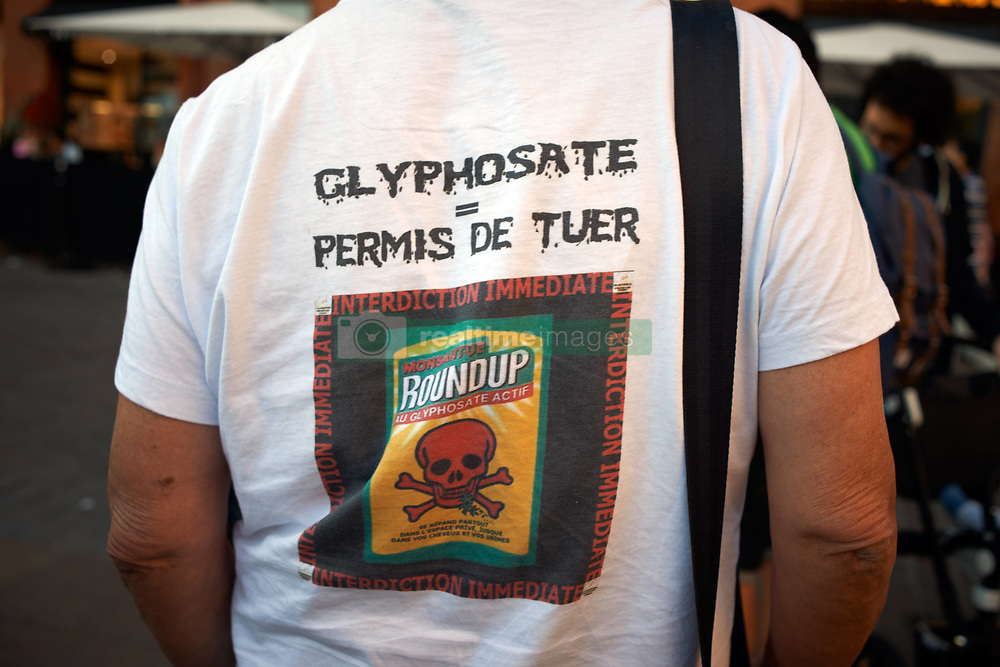 October 5, 2018 - Toulouse, France - A man wears a shirt reading 'Glyphosate= license to kill !'.An association called ''Nous voulons des coquelicots' ('We want red poppies') launched a petition and a call to ban pesticides. They called people concerned to gather in front of town halls across France to demand the end of synthesis pesticides as decline in birds and insects become alarming. They ask people to wear a red poppy. They call people to gather the first friday of every month until the ban. Toulouse. France. October 5th 2018. (Credit Image: © Alain Pitton/NurPhoto/ZUMA Press)